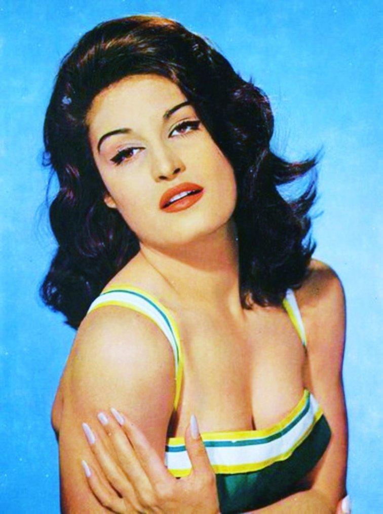 """QUIZZ / (facile) Ici en brune, elle fait ses débuts au cinéma en 1954, d'origine Egyptienne elle est surtout connue en tant que chanteuse populaire... Elle fut doublure lumière de Rita HAYWORTH, et son dernier film a pour titre """"Le sixième jour"""" où pour l'occasion elle fait un retour dans son pays natal qu'est l'Egypte... La reconnaissez-vous ?"""