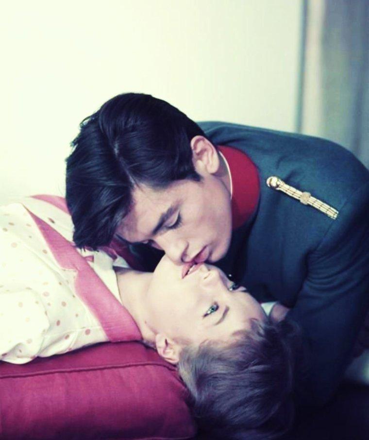 """1958 / Couple mythique du cinéma Français, Romy et Alain ici réunit dans le film """"Christine"""" de Pierre Gaspard HUIT / SYNOPSIS / Vienne, 1906. La baronne Lena EGGERSDORF entretient depuis un an une liaison avec le jeune et séduisant Franz LOBHEINER. Celui-ci voudrait rompre mais ne sait comment s'y prendre. Un soir, son meilleur ami et confident, le lieutenant Théo KAISER, l'entraîne au fameux «Grinzing», et lui présente deux charmantes jeunes filles : l'une brune et malicieuse, prénommée Mizzie et l'autre blonde et secrète, Christine. Un flirt s'ébauche entre Mizzie et Théo tandis que Christine et Franz, intimidés, restent face à face sans oser se regarder. En raccompagnant Christine chez elle, Franz apprend qu'elle est la fille d'un musicien de l'Opéra, M. WEIRING, et qu'elle est presque fiancée à un compositeur fade et ridicule..."""