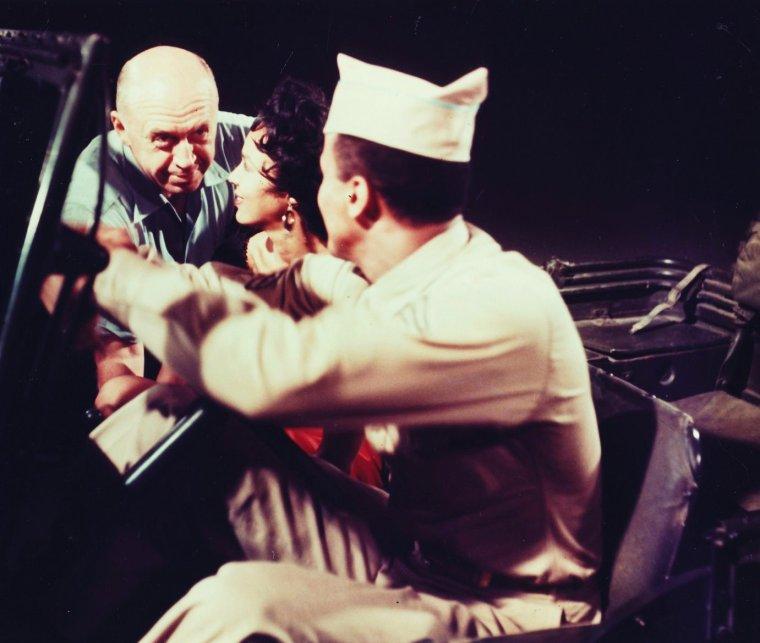 """1954 / Duo de charme avec le couple Dorothy DANDRIDGE et Harry BELAFONTE dans le film musical culte """"Carmen Jones"""" d'Otto PREMINGER / SYNOPSIS / Carmen travaille dans une usine d'armement, pendant la Seconde Guerre mondiale, sur une base de l'armée américaine. Joe manque à ses devoirs par amour pour Carmen, ce qui le conduit en prison. Ensuite, Carmen rencontre Husky MILLER, champion de boxe poids lourds et « craque » pour lui. (La musique du film est pour l'essentiel celle de l'opéra """"Carmen"""" de Georges BIZET, avec une ré-orchestration jazz)."""