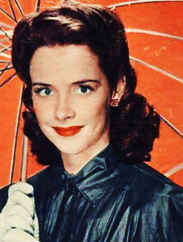 """TRAGEDY / Suzanne CARNAHAN dite Susan PETERS est née le 3 Juillet 1921 à Spokane (Washington). Son père, Robert CARNAHAN, meurt dans un accident de voiture,  alors qu'elle n'a que 7 ans et et son frère, 5 ans. C'est à ce moment, que le reste de la famille déménagea à Los-Angeles, chez leur grand-mère maternelle. Elle désirait plus que tout être actrice. Elle fit une apparition dans un film de la Warner, """"Holliday"""". À la MGM, on l'engagea pour donner la réplique lors d'auditions, un travail intéressant, en attendant un rôle principal.  Susan figura dans une dizaine de films de la MGM : """"Susan and god"""" (1940), """"Meet John Doe"""" (1941),  """"Santa-Fe Trail / La piste de Santa-Fé"""" (1940), """"The strawberry blonde"""" (1941), """"Dr Gillespie's new assistant"""" (1942), """"Big shot"""", """"Andy Hardy's double life"""" (1942) , """"Random Harvest"""" (nomination aux Oscars,1942) et enfin, un premier rôle dans """"Song of Russia"""", suivi de """"Assignment in Brittany"""" (1943),  """"Young ideas"""" (1943), """"Keep your powder dry"""" (sorti en 1945)"""". Le 11 Juillet 1943, Susan épousa l'acteur Richard QUINE et tomba enceinte. Elle accoucha, péniblement, le premier jour de l'année 1944, mais son fils mourut.  L'année suivante, pour ce changer les idées, Susan accompagna son mari lors d'une partie de chasse. Malheureusement, Susan reçu une balle perdue dans le dos. Transportée à l'hôpital, on lui sauve la vie, mais elle devient paraplégique. Comble de malheur, sa mère décède d'une crise cardiaque.  Le couple adopta un garçon, Timothy Richard. Plus tard, elle continua sa carrière en jouant en fauteuil roulant au cinéma dans """"The sign of ram / Le signe du bélier"""" (1948), dans des pièces radiophoniques, sur scène dans la pièce """"The Barrets of Wimpole Street"""" (1950-51)  et à la télévision dans """"Miss Susan présente"""" (1951), où elle triompha. En 1948, elle divorça. En 1952, elle quitta la vie publique pour aller vivre chez son frère dans un ranch. Susan fut hospitalisée et opérée, en 1952. Malgré un bon rapport de santé, elle ne res"""