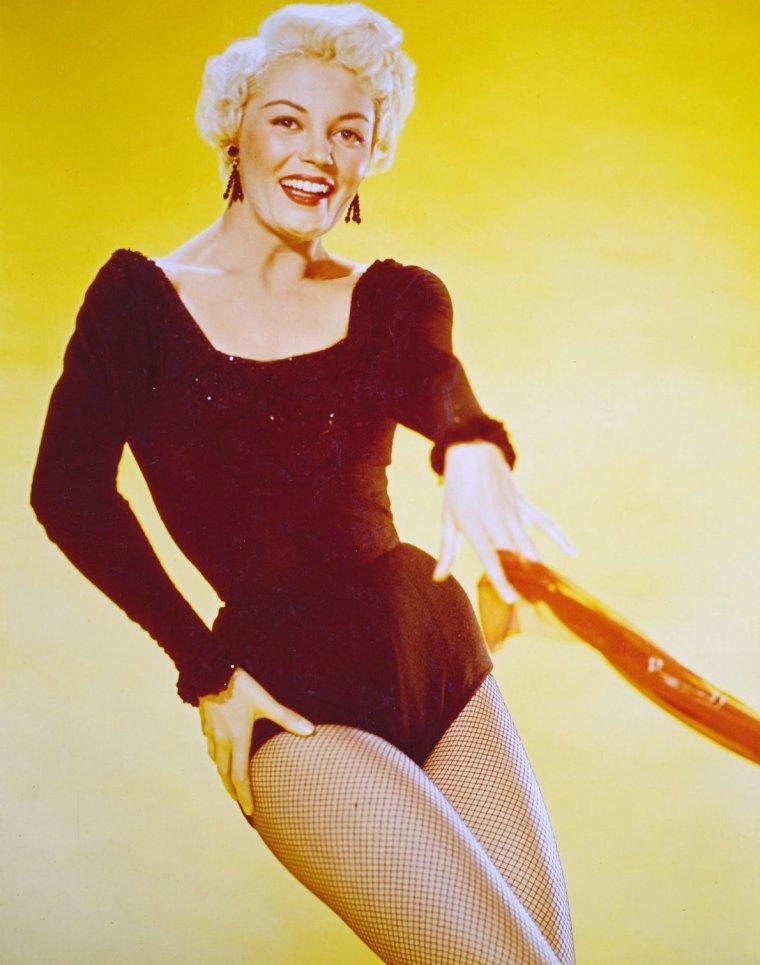 "IMITATIONS / Ces blondes qui ont eu pour modèle... Marilyn MONROE (de haut en bas) Marilyn / Diana DORS (surnommée ""la Marilyn Anglaise"") / Carroll BAKER (""La Marilyn des années 60"") / Sheree NORTH / Barbara NICHOLS / Barbara LANG / Jayne MANSFIELD / Mamie Van DOREN"