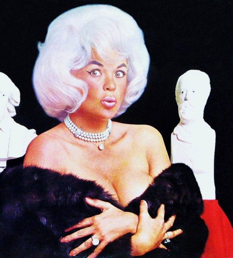 """QUIZZ / Bonde platine, elle est surnommée """"Le buste"""" et fut marié un temps à Monsieur Univers... On pourrait dire aussi, que c'est """"l'autre Marilyn"""" avec des formes quelque peu plus généreuses... La reconnaissez-vous ici sur cette photo rare ?"""