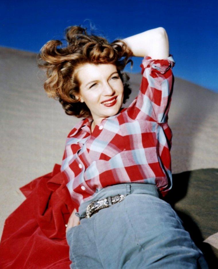 """MINI-BIO / Corinne CALVET /  Corinne CALVET, la dernière Française de Hollywood (après Claudette COLBERT et Capucine), était sans doute plus célèbre pour ses sorties et ses chicanes que pour ses capacités dramatiques. Plaideuse notoire (elle avait fait son droit à la Sorbonne), elle assigna Zsa Zsa GABOR pour avoir prétendu qu'elle n'était pas française. Et quand, sur le tournage de la """"Polka des marins"""", le producteur Hal WALLIS l'accusa de porter des faux seins, elle lui mit illico la main sous sa robe, sous le regard incrédule de Dean MARTIN.  C'était son second film avec Dean et LEWIS. Deux ans auparavant, elle était apparue dans """"Irma à Hollywood"""", où elle jouait moins avec le duo comique qu'avec Pierre, chimpanzé sexuellement affolé parce que l'actrice avait ses règles - elle relate cet épisode dans ses mémoires salés : """"Has Corinne Been a Good Girl ?"""" (1983).  «Sex-pot». Corinne CALVET est morte d'hémorragie cérébrale. Elle résidait depuis longtemps à Santa Monica et n'avait plus tourné depuis plus longtemps encore. Sa mère, chimiste, était l'inventeur du Pyrex.  Née Corinne DIBOS en 1925, Corinne tourna quelques films français (DELANNOY, ALLEGRET), avant d'être prise sous contrat par Hal WALLIS. Elle fit ses débuts en 1949 dans """"La Corde de sable"""", de DIETERLE, avec Burt LANCASTER. Ce curieux """"Casablanca"""" sud-africain, si artificiel fût-il, était encore à cent coudées au-dessus de ce qui suivit. Même si John FORD l'a fait jouer dans deux films (""""Planqué malgré lui"""" et son remake de """"What Price, Glory ?""""), Corinne ne réussit jamais à s'imposer comme sex-pot, à l'écran du moins.  Elle faisait surtout partie du harem de WALLIS. Le principe de ce célèbre esclavagiste était simple: il prêtait à ses starlettes pour qu'elles s'achètent des maisons et elles devaient faire ce qu'il voulait. Assez piquante au physique, Corinne CALVET pouvait être exaspérante. On se la rappelle dans le western d'Anthony MANN """"Je suis un aventurier"""" (1954), où elle joue la zozotante Ren"""