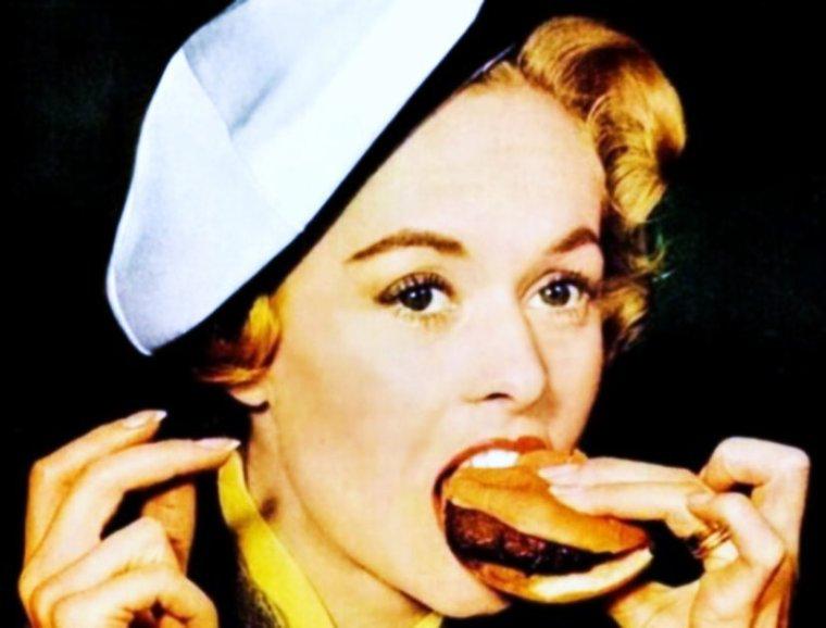 """QUIZZ / Elle débute en tant que mannequin avant d'être repérée par le """"Maître du suspens""""... Alfred HITCHCOK, dont elle deviendra l'une de des égéries, et qui la rendra populaire dans un célèbre film d'horreur (classé comme tel à l'époque) en 1963... La reconnaissez-vous ? INDICE / Elle est la maman de Mélanie GRIFFITH."""