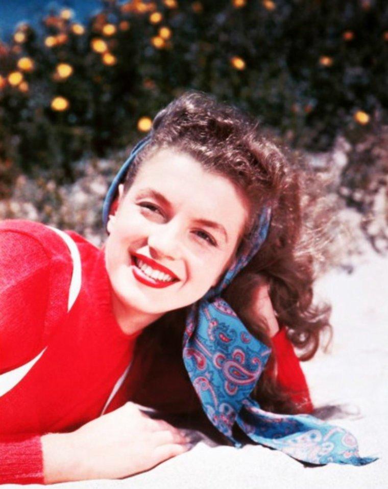 """LES DEBUTS / C'est dès 1946 que Norma Jeane DOUGHERTY (futur Marilyn MONROE) posera pour le photographe Richard C MILLER, qui jusqu'en 1959, notamment lors du tournage de """"Some like it hot"""", photographiera celle qui sera certainement la plus grande STAR des années 50..."""