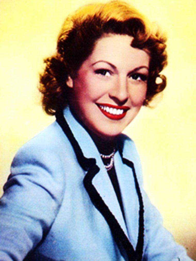 Madeleine ROBINSON, de son vrai nom Madeleine Yvonne SVOBODA, est une actrice franco-tchèque naturalisée suisse, née le 5 novembre 1917 à Paris et décédée le 1er août 2004 à Lausanne. Elle a successivement été mariée avec l'acteur Robert DALBAN (dont elle a eu un fils, Jean-François, né en 1941), avec Guillaume AMESTOY et avec l'acteur-écrivain espagnol José Luis De VILALLONGA. De sa relation avec le chanteur des Compagnons de la chanson, Jean-Louis JAUBERT, elle a eu une fille, Sophie-Julia (1955-1993).