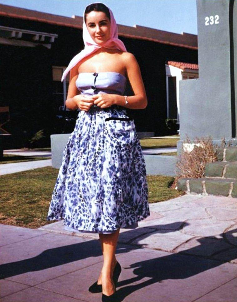 """QUIZZ / (très facile) Croqueuse de diamants et d'hommes, elle reste l'une des plus belles """"Cléopâtre""""... La reconnaissez-vous avec sa petite robe d'été et son foulard ?"""