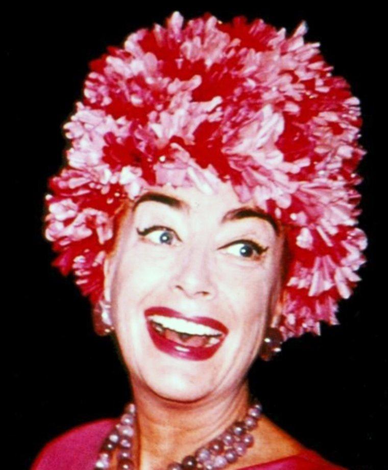 LE CHAPEAU DANS TOUS SES ETATS... (de haut en bas) Sophia LOREN / Joan COLLINS / Vera ELLEN / Doris DAY / Tuesday WELD / Ursula ANDRESS / June ALLYSON / Joan CRAWFORD