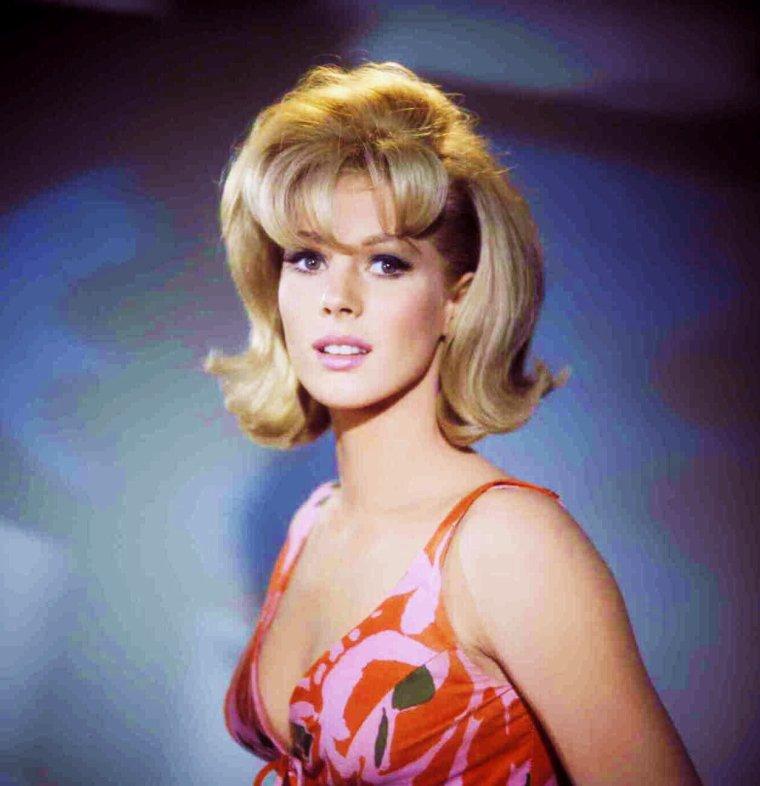"""NEWS / Mimsy FARMER est une actrice américaine, née le 28 février 1945 à Chicago de père américain et de mère française. (photos tirées du film """"Terreur au km"""" (Hot rods to hell) en 1967."""