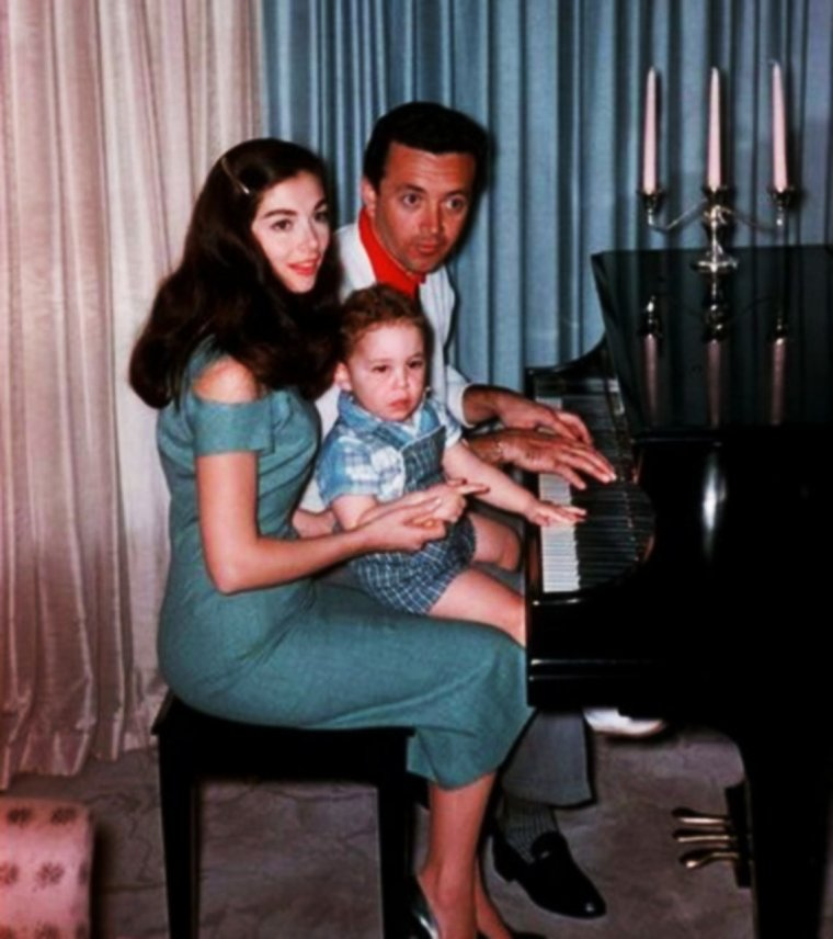 LA FAMILLE C'EST SACREE !... (de haut en bas) Joan COLLINS and Anthony NEWLEY / Annette FUNICELLO and Jack GILARDI / Angie DICKINSON and Burt BACHARACH / Janet LEIGH and Tony CURTIS / Kathryn GRANT and Bing CROSBY / Betsy DRAKE and Cary GRANT / Pier ANGELI and Vic DAMONE / Anne and Kirk DOUGLAS