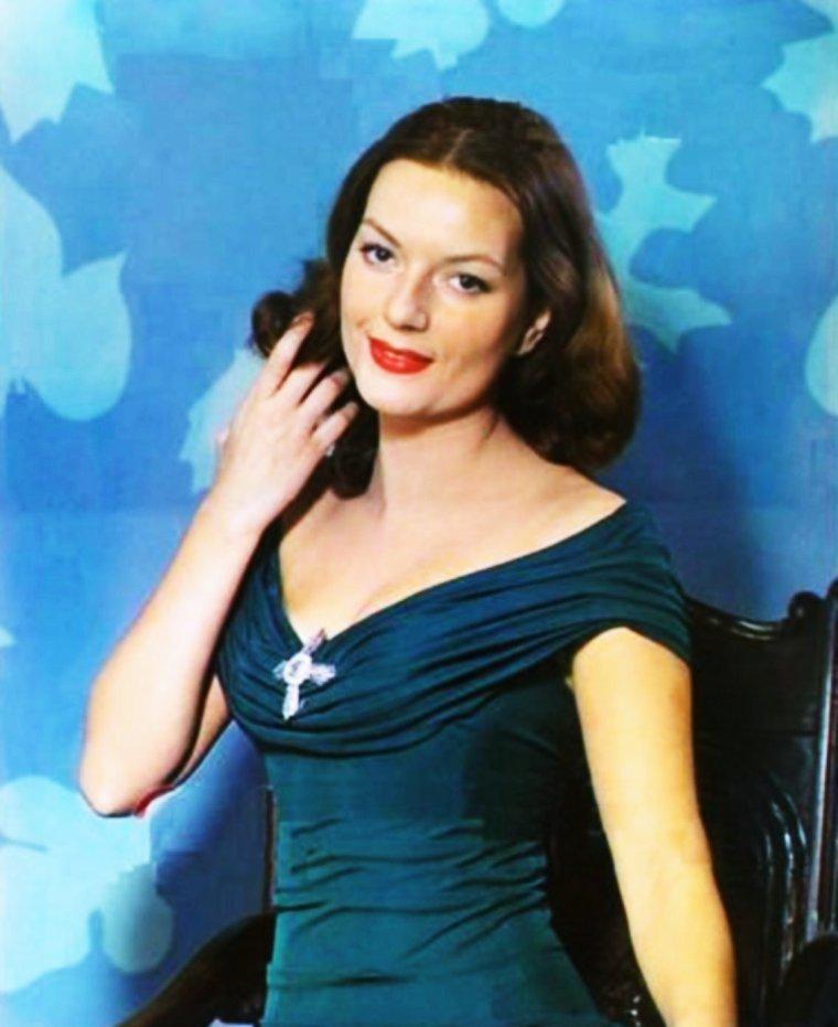 Hazel BROOKS est une actrice américaine, née au Cap (Afrique du Sud), le 8 septembre 1924, et morte le 18 septembre 2002 à Los Angeles, quartier de Bel-Air (Californie) aux États-Unis.