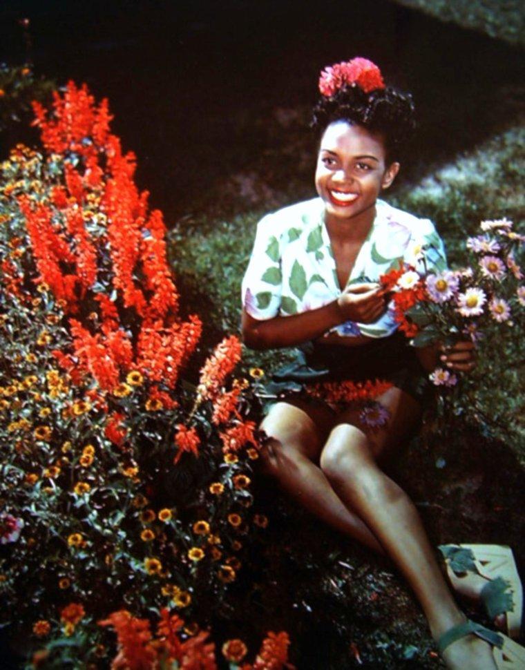 """NEWS / Hazel Dorothy SCOTT (11 juin 1920 à Port-d'Espagne, Trinité-et-Tobago – 2 octobre 1981 à New York) était une pianiste et chanteuse de jazz américaine ; Elle fit plusieurs apparitions dans des films. Elle a été formée à la Juilliard School, et a joué au Carnegie Hall dès 22 ans. Elle est connue pour ses improvisations sur des thèmes de musique classique. Elle a été la première femme américaine à avoir son propre show télévisé, le """"Hazel SCOTT Show"""", à partir du 3 juillet 1950. Comme elle s'était opposée publiquement au maccarthisme et à la ségrégation raciale, son show a été déprogrammé, la dernière a eu lieu le 29 septembre 1950. Elle a été mariée à Adam Clayton POWELL. de 1945 à 1956, duquel elle a eu un enfant."""