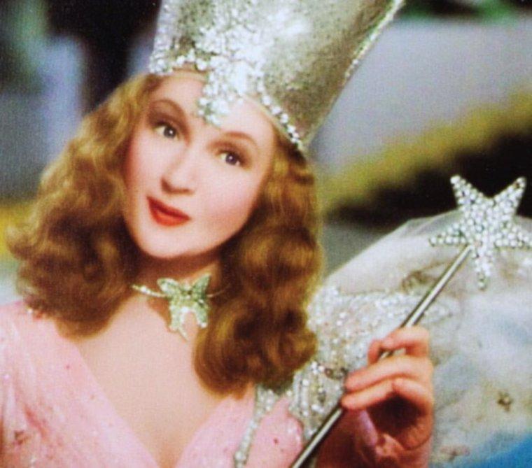"""Glinda, la bonne fée du nord... / Billie BURKE (Mary William ETHELBERT APPLETON BURKE) est une actrice américaine née le 7 août 1884 à Washington (États-Unis), décédée le 14 mai 1970 à Los Angeles (Californie). En effet, Billie BURKE joue Glinda, la bonne fée du nord, aux côtés de Judy GARLAND dans le film mythique """"Le magicien d'OZ"""" en 1939."""