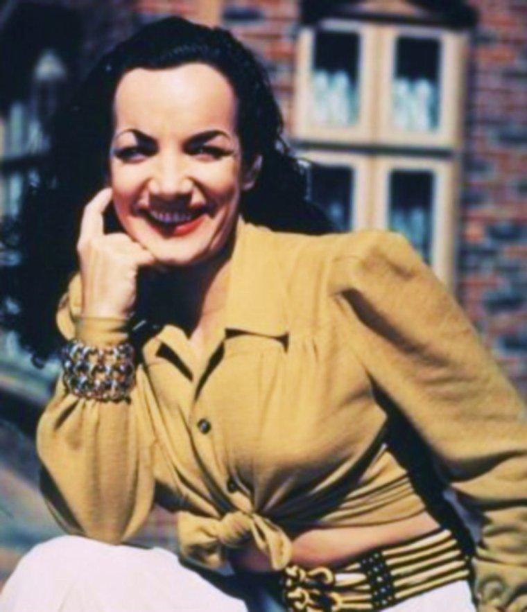 QUIZZ / (difficile) Elle a vendu plus de dix millions de disques, participé à une quinzaine de films de 1940 à 1953. Mais minée par le tabac, l'alcool et les médicaments, elle meurt à 46 ans le lendemain de sa dernière apparition publique, en 1955. Sans ses tenues extravagantes, exotiques, qu'elle porte dans ses comédies musicales, la reconnaissez-vous ici sans ses artifices ?...