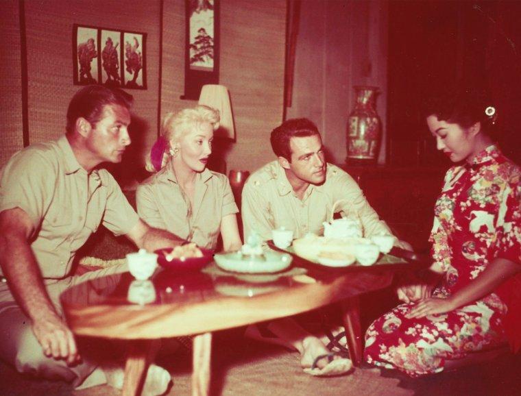 """CE MIDI... Un chinois... BON APPETIT A TOUTES ET A TOUS !... avec Mari BLANCHARD et Lex BARKER, on the set of """"Jungle heat"""" (1957)."""