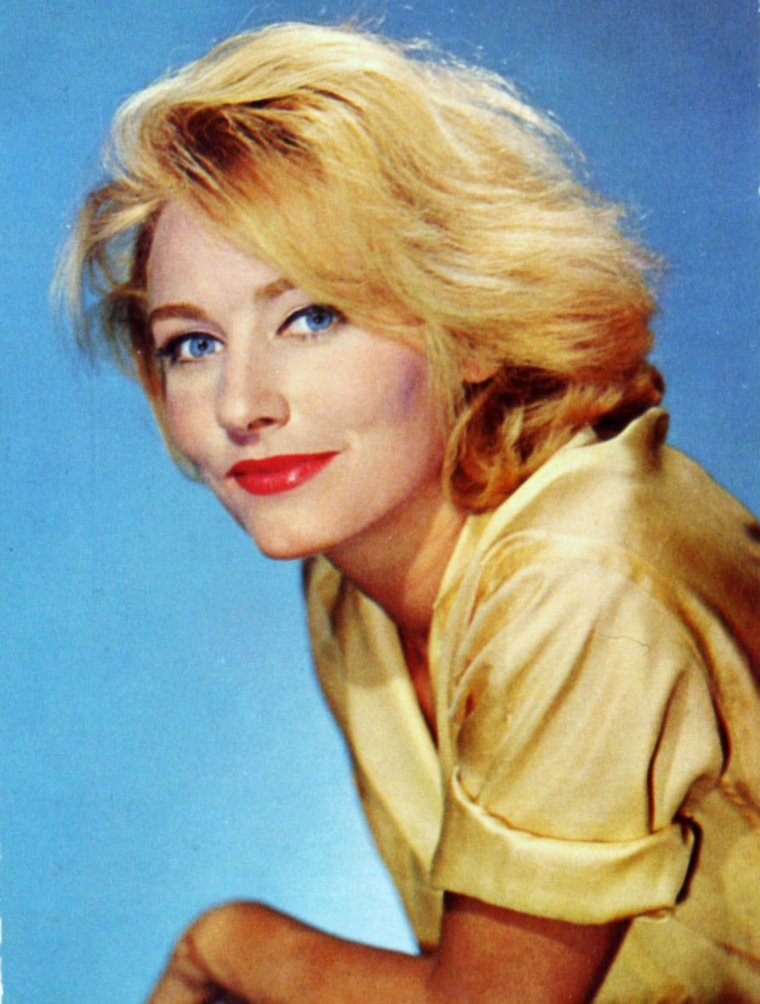 """NEWS / Mini-bio / Elga ANDERSEN (de son vrai nom Helga HYMEN) est une actrice, chanteuse et productrice allemande, née le 2 février 1935 à Dortmund (Allemagne) et décédée d'un cancer le 7 décembre 1994 à New York. Elle était la veuve de Peter R. GIMBEL, décédé en 1987. Ayant perdu son père pendant la Seconde Guerre mondiale, elle espère d'abord devenir danseuse, tout en développant ses connaissances des langues étrangères, l'anglais et le français particulièrement. Elle arrive à Paris en 1953, pour devenir interprète. Elle mène une vie de bohême, fréquente des artistes et pose pour des photos de mode. C'est comme cela qu'elle est remarquée par André HUNEBELLE et débute dans """"Les Collégiennes"""" sous le nom d'Elga HYMEN. Elle prend des cours de chant et est l'interprète des chansons du film """"Les Canons de Navarone"""" en 1961. À l'origine, c'est pour elle que Gilbert BECAUD écrit """"Et maintenant"""" (paroles de Pierre DELANOË), qui figure sur son 2ème disque, 4 titres sorti en 1962 (""""Toi le musicien"""" de Gilbert BECAUD et Louis AMADE, chez Fontana ref. 460.778, et le premier disque de 1961, """"Paris a le c½ur tendre"""", chanson écrite par Marcel CAMUS, musique d'Henri CROLLA, pour son film """"Os Bandeirantes"""", chez FONTANA ref. 460.732). Après un premier mariage avec l'architecte parisien Christian GIRARD, elle épouse en 1978 le producteur américain Peter GIMBEL. Il lui permet de prendre pied en Amérique. En 1971, elle apparaît dans le film """"Le Mans"""" de Lee H. KATZIN, et dans la série télévisée française """"Aux frontières du possible""""..."""