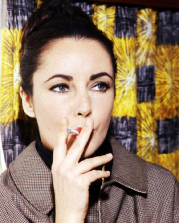 L'AMOUR C'EST COMME UNE CIGARETTE / Paroles de la chanson de Sylvie VARTAN / Quand tu es dans la lune Les idées en panne Je me voudrais brune Comme une gitane Me glisser entre tes doigts Et puis me brûler Me consumer pour toi N´être que fumée Quand tu es dans ce monde Où tes rêves t´entraînent Je me voudrais blonde Comme une américaine Être douce et sage ou sucrée T´emmener sur mon nuage de fumée  L´amour c´est comme une cigarette Ça brûle et ça monte à la tête Quand on ne peut plus s´en passer Tout ça s´envole en fumée. L´amour c´est comme une cigarette Ça flambe comme une allumette Ça pique les yeux ça fait pleurer Et ça s´envole en fumée.  Je peux être française En robe bleue Anglaise, Si tu le veux Ou être à la menthe En bague dorée Ne crois-pas que je mente Tout n´est que fumée  L´amour c´est comme une cigarette Ça flambe comme une allumette Ça pique les yeux ça fait pleurer Et ça s´envole en fumée  On fait tout un tabac Quand l´amour s´en vient ou s´en va On est les cigarettes Qu´il roule quand il a envie Et je deviens fumée Pour t´intoxiquer De moi Blonde ou brune Brune ou blonde Je le serai pour toi  L´amour c´est comme une cigarette Ça brûle et ça monte à la tête Quand on ne peut plus s´en passer Tout ça s´envole en fumée L´amour c´est comme une cigarette Ça flambe comme une allumette Ca pique les yeux ça fait pleurer Et ça s´envole en fumée.  L´amour c´est comme une cigarette Ça flambe comme une allumette Ça pique les yeux ça fait pleurer Et ça s´envole en fumée. / de haut en bas / Joan CAULFIELD (Chesterfield advertising) / Donna REED / Jane WYMAN / Elizabeth TAYLOR / Bette DAVIS / Sharon TATE / Sophia LOREN / Patricia NEAL