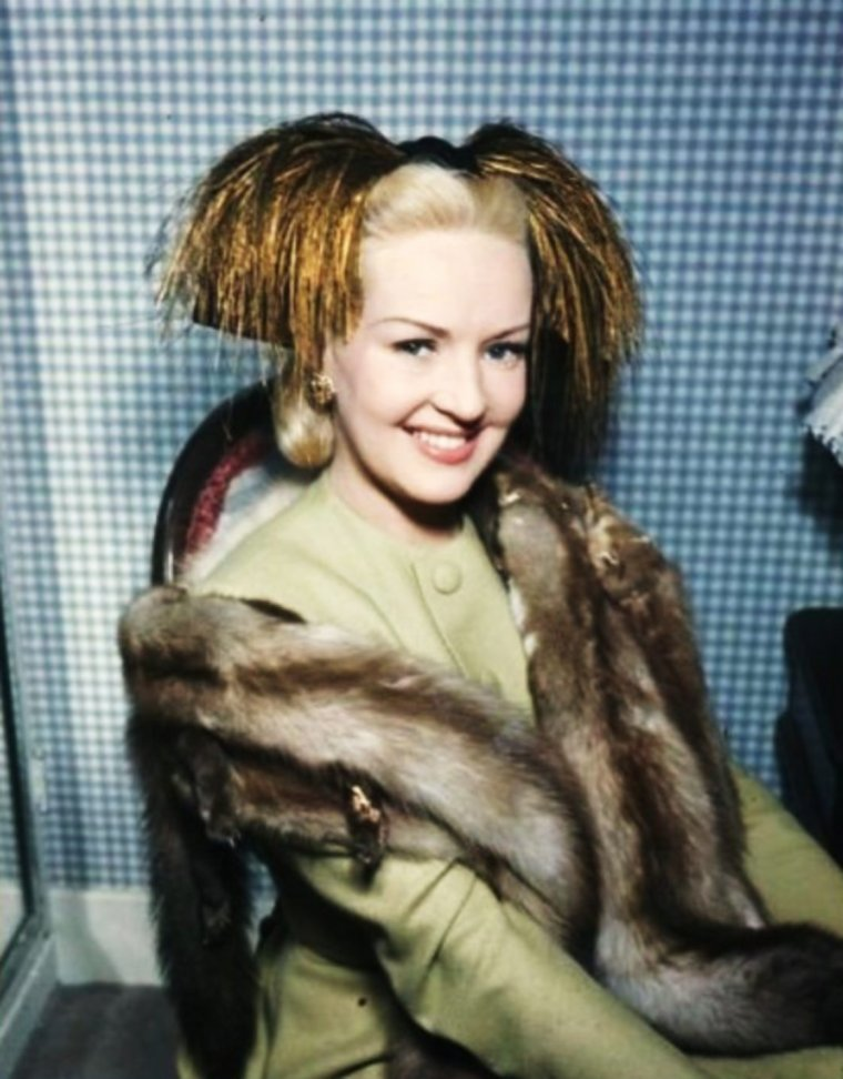 """Pour les fans de Betty GRABLE, la plus pin-up des actrices des années 40 (ou """"la Marilyn"""" des années 40)... / ANECDOTE / Betty GRABLE naquit à St.Louis, (Missouri), de John CONN GRABLE et de Lilian Rose HOFFMAN. Ses ancêtres les plus récents étaient américains, mais son héritage généalogique fait apparaître des souches hollandaises, irlandaises, allemandes et anglaises. Sa mère, qui souhaitait vivement faire une star d'une de ses filles, l'encouragea dans la carrière de comédienne. Elle obtient son premier rôle de chorus girl dans le film """"Happy Days"""" en 1929 à l'âge de 13 ans, ce qui était illégal pour jouer, mais comme toutes les filles se produisaient le visage passé au cirage, il était impossible de dire quel âge elle avait..."""