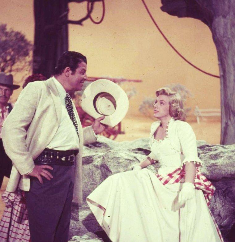 """1954 / Rosemary CLOONEY se dépense sans relâche dans de nombreux numéros de danses, dans une parodie de western musical de George MARSHALL... """"Red garters"""" (Les jarretières rouges)."""