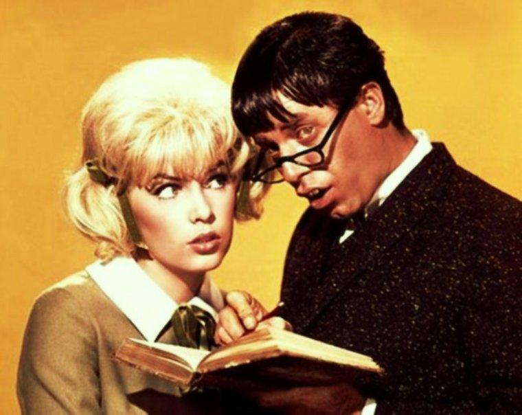 """1963 / DUO comique, Stella STEVENS and Jerry LEWIS dans le film """"Docteur Jekyll et Mister Love"""" (The nutty professor), comédie réalisée par Jerry LEWIS / SYNOPSIS / Julius KELP (Jerry LEWIS) est un timide professeur de chimie aux incroyables capacités intellectuelles. À la suite d'une dispute avec l'un de ses élèves, particulièrement costaud, il se retrouve coincé dans le placard de sa classe. Secouru par Stella, une de ses étudiantes (Stella STEVENS) dont il est secrètement amoureux, il tente après cette mésaventure de suivre des cours de musculation. Après plusieurs jours où il constate qu'il n'est toujours pas taillé pour le body-building, le « savant fou » invente un élixir, qui le métamorphose en un playboy, """"Buddy Love / Mister Love"""". Son double est un séducteur égocentrique, cynique et macho..."""