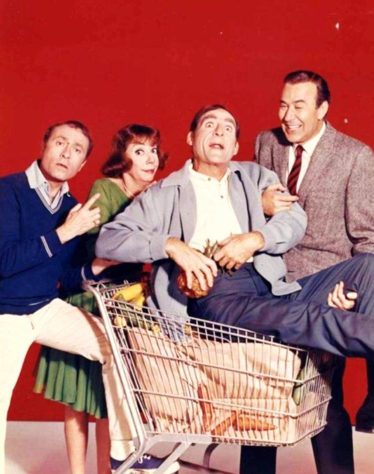 """NEWS / Imogene FERNANDEZ De COCA (plus connue sous le pseudo d'Imogene COCA) (18 Novembre 1908 - 2 Juin 2001) est une actrice comique Américaine, devenue célèbre grâce à divers shows télévisés, notamment dans """"Your show of shows"""", série de 139 épisodes, tournées à partir de 1950 jusqu'en 1954, où elle avait comme comparse masculin Sid CAESAR ; De 1954 à 1955, Imogène acquiert la notoriété auprès du public Américain avec son """"The Imogene COCA show"""" ; elle enchaîne par ailleurs nombre de films et pièces de théâtre, et revient de plus belle en force dans la série """"It's about time"""" avec pas moins de 16 épisodes, de 1966 à 1967..."""