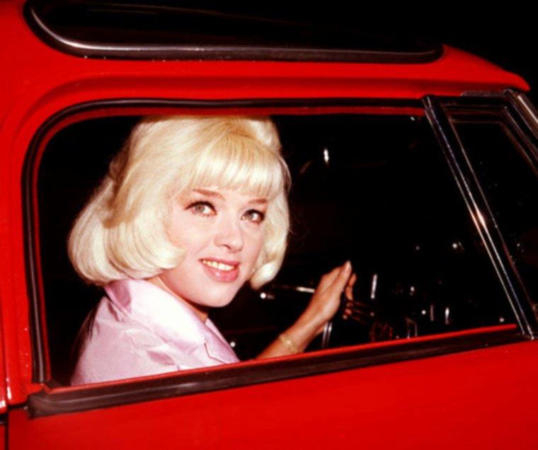 """CITATION / """"Pour attirer les hommes, je porte un parfum qui s'appelle """"intérieur de voiture neuve"""" !"""" (Rita RUDNER) / NOS STARS EN VOITURE / de haut en bas / Lana TURNER / Elizabeth TAYLOR / Shirley MacLAINE / Diana DORS / Jayne MANSFIELD / Jane RUSSELL / Sophia LOREN / Valérie HOBSON"""