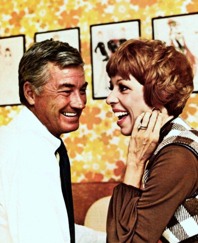 """NEWS / Carol BURNETT est une actrice, chanteuse, écrivain et productrice américaine née le 26 avril 1933 à San Antonio, Texas (États-Unis). Souvent cantonnée dans des rôles comiques, elle acquiert la notoriété notamment avec la série télévisée """"The Gary MOORE show"""", de 1959 à 1962 (photos). Elle apparaîtra également en guest-Star dans 4 épisodes aux côtés de Lucille BALL en 1966 dans """"The Lucy-Show""""..."""