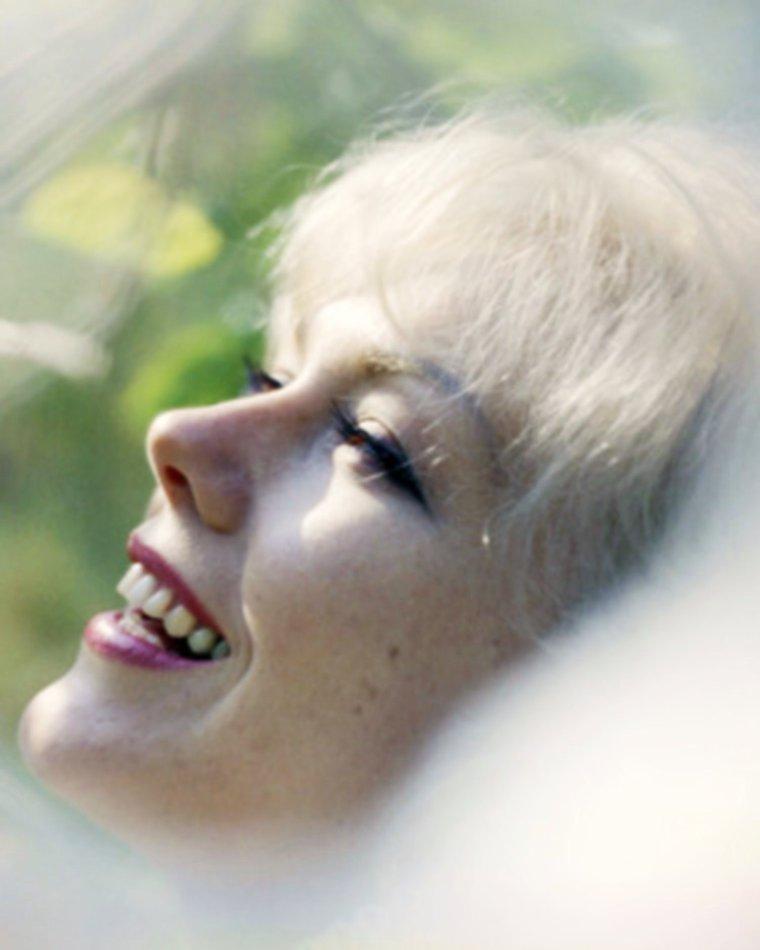 On dirait que le Printemps s'installe avec un beau soleil sur ma ville, ça donne le smile... (Kim NOVAK)