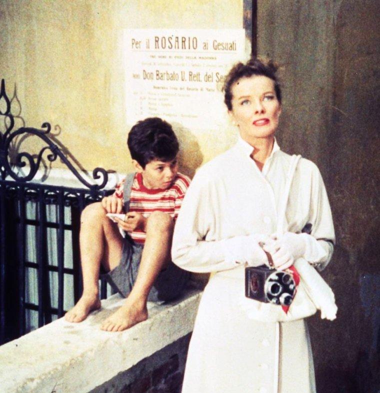 """1955 / Katharine HEPBURN rencontre Rossano BRAZZI pour une idylle romantique à Venise dans le film """"Vacances à Venise"""" (Summertime) de David LEAN / SYNOPSIS / Jane, alerte quadragénaire américaine, mais toujours célibataire, arrive à Venise pour y passer ses vacances. Le romantisme de la ville lui fait davantage ressentir le poids de sa solitude jusqu'à ce que l'amour mette sur son chemin un séduisant antiquaire vénitien. Mais il y a un hic, le bel italien est marié…"""