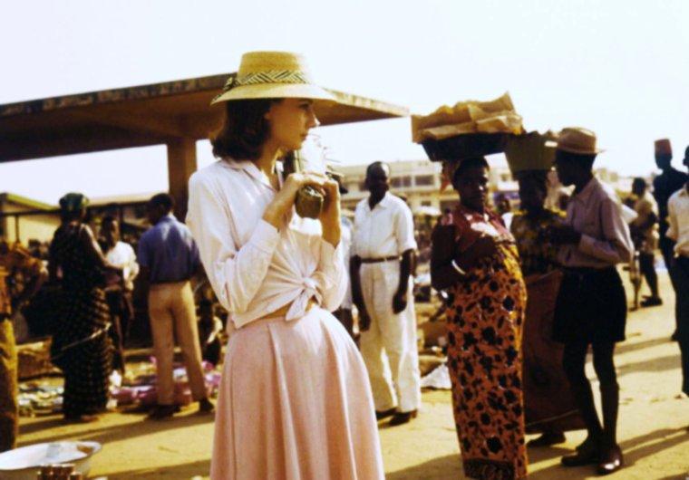 """1958 LES DEBUTS D'UN ENGAGEMENT ? / En effet, cette année là, Audrey HEPBURN se rend au Congo afin d'y tourner les extérieurs du film """"Au risque de se perdre"""" (The nun's story) ; C'est peut être lors de ce voyage que se déclenchera le déclic pour devenir ensuite, bien plus tard, dans les années 80 (1988) Ambassadrice spéciale pour l'Afrique et l'Amérique latine, où elle effectue une cinquantaine de voyages d'études au Soudan, au Salvador, au Honduras, au Mexique, au Venezuela, en Équateur, au Bangladesh, au Viêt Nam, en Thaïlande, en Éthiopie, en Érythrée et en Somalie, jusqu'en 1992."""
