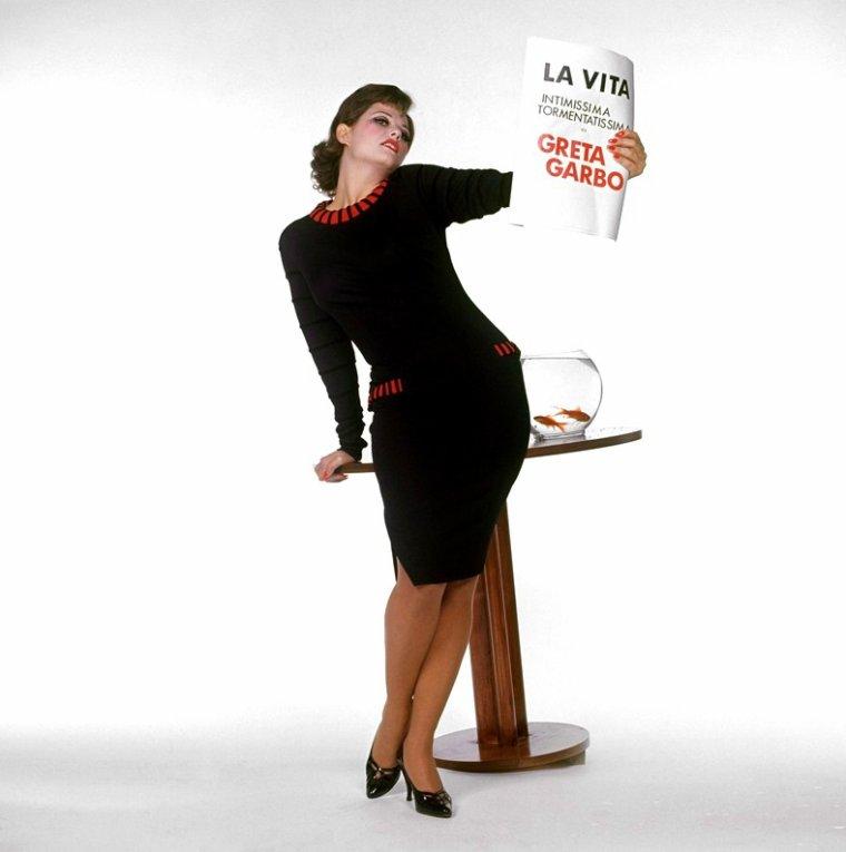 """QUIZZ / Née en 1938, elle est l'une des plus grandes actrice Italienne... / INDICE / En 2009, elle publie """"Ma Tunisie"""" aux éditions Timée, un livre de photos sur les traces de son enfance tunisienne. La reconnaissez-vous ici sur cette photo où elle a une pose plutôt inhabituelle ?"""