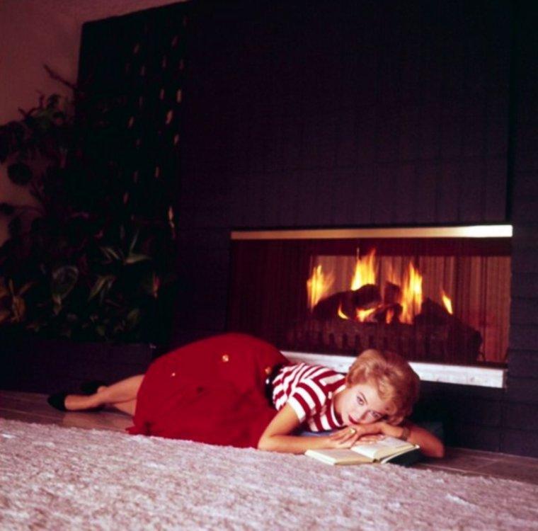 BON DIMANCHE ! / La meilleure des activités dominicales, ne rien faire, se prélasser chez soi, couché devant la cheminée avec un bon bouquin... (Sandra DEE)