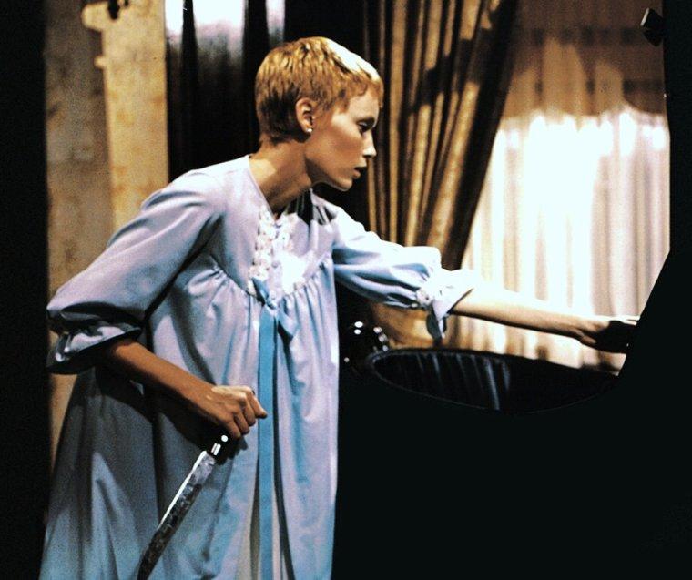 """1968 / FILM CULTE / """"Rosemary's Baby"""" est un thriller fantastique américain, réalisé par Roman POLANSKI et sorti en 1968. Il est adapté du roman homonyme d'Ira LEVIN, paru en 1967. Ce film possède une suite, """"Qu'est-il arrivé au bébé de Rosemary ?"""" réalisée par Sam O'STEEN, avec Patty DUKE reprenant le rôle de Rosemary, et Minnie CASTEVET y est de retour, toujours jouée par Ruth GORDON. / SYNOPSIS / Rosemary WOODHOUSE (Mia FARROW) est une jeune maîtresse de maison, épouse d'un acteur de théâtre, Guy WOODHOUSE (John CASSAVETES). Le couple s'installe dans un appartement de la célèbre maison Bramford, un vieux bâtiment de Manhattan assez inquiétant du fait de la réputation sinistre de certains résidents d'autrefois. Rosemary est une femme jeune et heureuse, qui se consacre totalement à sa maison et à son mari dont elle souhaiterait vivement avoir un bébé. Guy, de son côté, voudrait devenir une star. À la suite de circonstances bizarres, les WOODHOUSE nouent une amitié avec Roman et Minnie CASTEVET, un ménage d'âge avancé, qui vit au même étage et qui se transforme en « parents » de substitution à l'égard du jeune couple. Bientôt, Guy accède au désir de Rosemary d'avoir l'enfant qu'elle souhaite tant et ils envisagent la date idéale pour que Rosemary soit enceinte. Cette nuit-là, Rosemary a des hallucinations et des cauchemars, au cours desquels elle a l'impression d'avoir été violée par le diable en personne. Quand elle se réveille, Guy présente ses excuses pour avoir fait l'amour avec elle pendant qu'elle était inconsciente. Elle découvre qu'elle est enceinte. Alors que sa grossesse se développe, Rosemary sent naître certaines craintes : pourquoi a-t-elle eu de graves malaises au début de sa grossesse ? Qu'est-ce qui se cache derrière toutes ces attentions des CASTEVET et de leurs amis ? Pourquoi la carrière de Guy a-t-elle brusquement fait de tels progrès ? Par la suite, Rosemary découvre que ses voisins si gentils sont des adorateurs de Satan et que dans leurs cérém"""