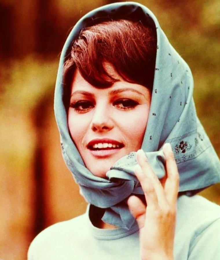 ACCESSOIRE DE MODE : LE FOULARD / Dans les années 1960, un créateur italien, Emilio PUCCI, fabriqua des foulards en soie aux motifs de couleurs vives, son exemple fut suivi par la suite par de nombreux créateurs : HERMES, VERSACE, etc... En France, la ville des foulards en soie se trouve être Lyon, avec une industrie locale qui dure depuis le XVIème siècle. André Claude CANOVA est l'un de ces derniers soyeux lyonnais à imprimer de façon traditionnelle au cadre plat et à roulotter ses foulards à la main. La Princesse Grace KELLY de Monaco était reconnue pour être une amatrice de foulards en soie. (de haut en bas) Brigitte BARDOT / Julie NEWMAR / Anne BAXTER / Deborah KERR / Daniela BIANCHI / Marilyn / Claudia CARDINALE / Audrey HEPBURN