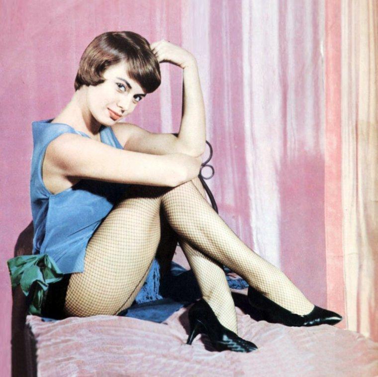 """NEWS / Anna Maria FERRERO (née Anna Maria GUERRA le 18 février 1934 à Rome) est une actrice de cinéma et de théâtre italienne. Elle a choisi FERRERO comme nom d'artiste en l'honneur de son parrain, le compositeur Willy FERRERO. Sa carrière cinématographique est active dans les années 1950 et 1960 où elle figure au générique d'une cinquantaine de films, dont deux téléfilms et notamment celui de """"Cime tempestose"""", l'adaptation du roman d'Emily BRONTË, """"Les Hauts de Hurlevent"""". Ex-compagne de Vittorio GASSMAN, elle épouse en 1962 l'acteur Jean SOREL et abandonne les plateaux de tournage l'année suivante, après une ultime apparition dans le sketch """"Cocaina di domenica"""" du film """"Controsesso"""", de Franco ROSSI."""