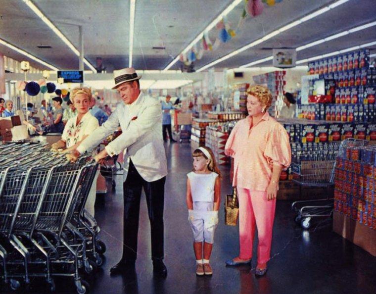 """BONNE JOURNEE A TOUTES ET A TOUS !... Avec pour certains, la """"corvée"""" des courses cet après-midi ; pour ma part, c'est fait ce matin, lol ! (photo Lana TURNER et Bob HOPE, 1961)."""