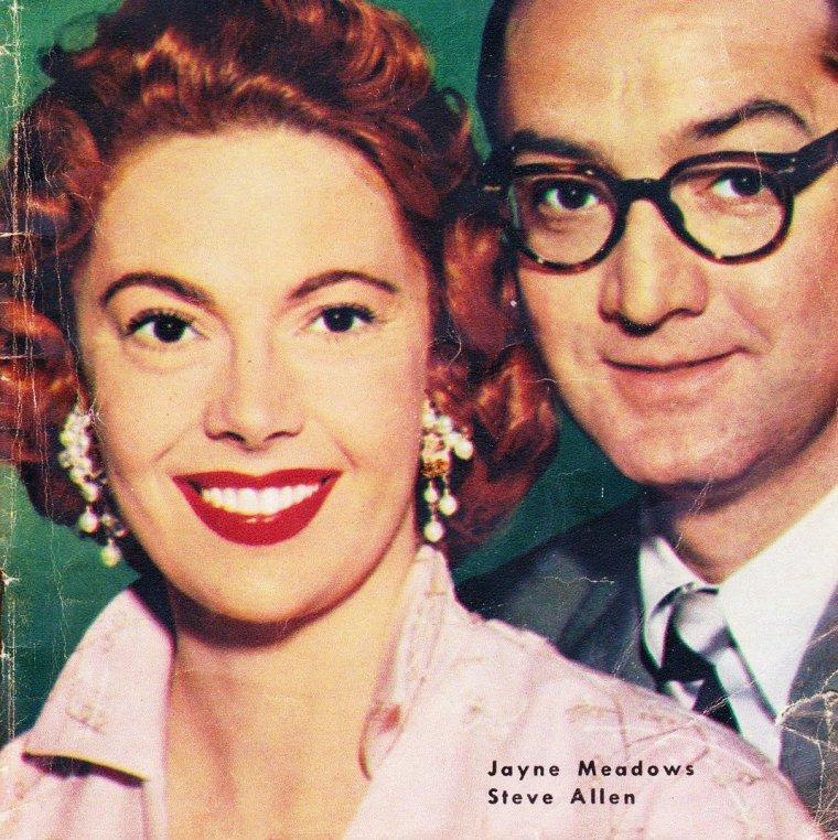 """NEWS / Jayne MEADOWS née le 27 septembre 1920 à Wu Chang (Chine). De son vrai nom Jayne COTTER, aussi connue sous le nom Jayne MEADOWS ALLEN. (soeur de l'actrice Audrey MEADOWS, photo) débute, adolescente, à Broadway dans la comédie à succès """"Spring Again"""" et impose très ses talents d'actrice comique dans """"The Gazebo"""". Elle tourne parallèlement des rôles dramatiques dans """"La Dame du lac"""" de Robert MONTGOMERY, """"Lame de fond"""" de Vincente MINNELLI et """"David et Bethsabée"""" d'Henry KING avant de participer à des programmes favoris de L""""âge d'or de la télévision"""" comme """"Hallmark Hall of Fame"""", """"General Electric Theatre"""", """"Kraft Television"""", etc... Lauréate de l'Emmy, Jayne MEADOWS a été citée cinq fois à cette récompense et a également remporté le Susan B. Anthony Award, le Drama-Logue Award et l'International Platform Association Award pour son one-woman show, """"Powerful Women in History"""". Elle a fait son comeback à la scène dans """"Lost in Yonkers"""" de Neil SIMON et a interprété avec son mari Steve ALLEN la pièce à deux personnages """"Love Letters"""". Sur grand écran, elle tient le rôle de Dot dans """"Une vie à deux"""" réalisé par Rob REINER. Elle épouse Steve ALLEN le 31 Juillet 1954 avec qui elle aura un enfant, jusqu'à la mort de l'acteur le 30 Octobre 2000."""