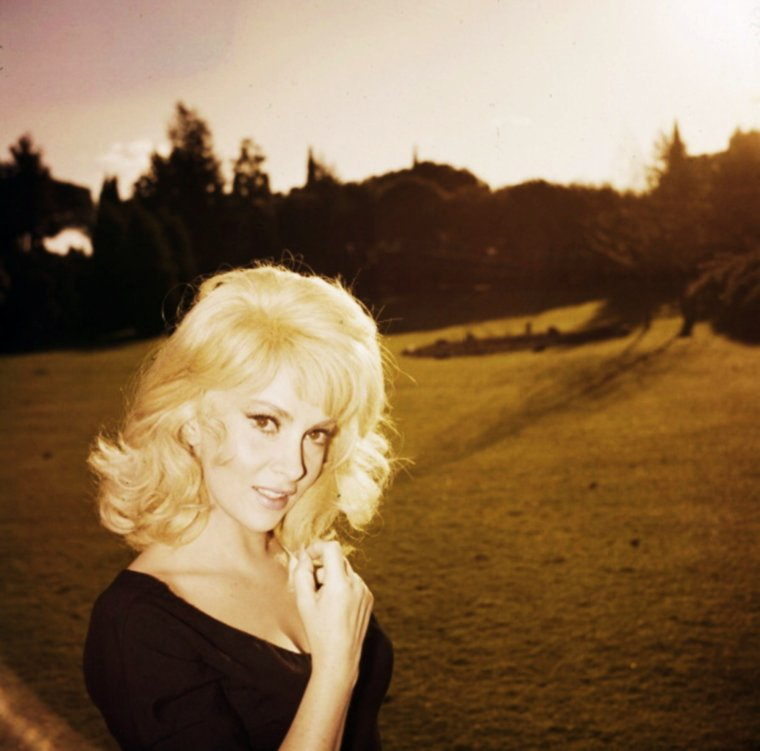 INEDIT / Quand Gina joue à BARDOT en blonde (1962).
