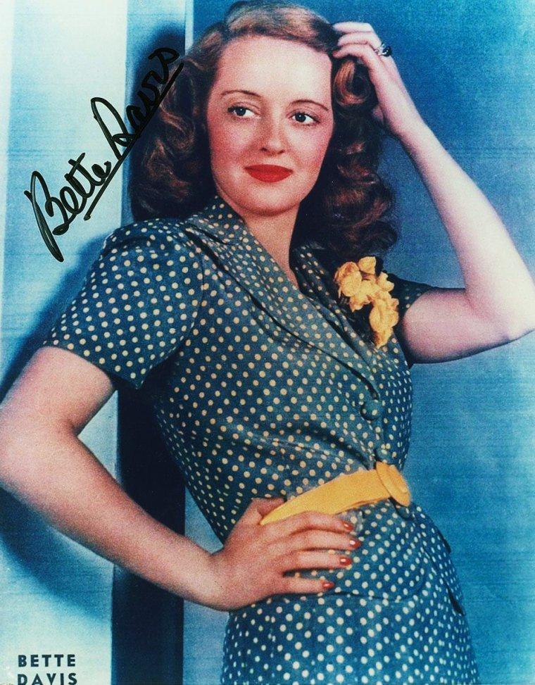 """ANECDOTES sur Bette DAVIS / Son rôle préférée fut celui de Judith TRAHERNE, dans """"Victoire sur la nuit"""". / Elle fut la rivale de Miriam HOPKINS qui lui en voulut pour avoir repris le rôle de Julie MARSDEN au cinéma alors qu'elle l'interprétait au théâtre. Elles ont néanmoins jouées toutes deux dans deux films. / Elle pensait obtenir un Oscar pour le rôle de """"Baby Jane"""" mais fut battue par Anne BANCROFT. Elle insinua d'ailleurs que ce fut de la faute de Joan CRAWFORD si elle n'avait pas gagné la statuette car cette-dernière, jalouse, aurait suppliée les organisateurs de """"l'Academy of Motion Picture Arts and Sciences"""" de ne pas lui attribuer le prix. / Elle essaya de gagner un troisième oscar mais n'y parvint pas."""
