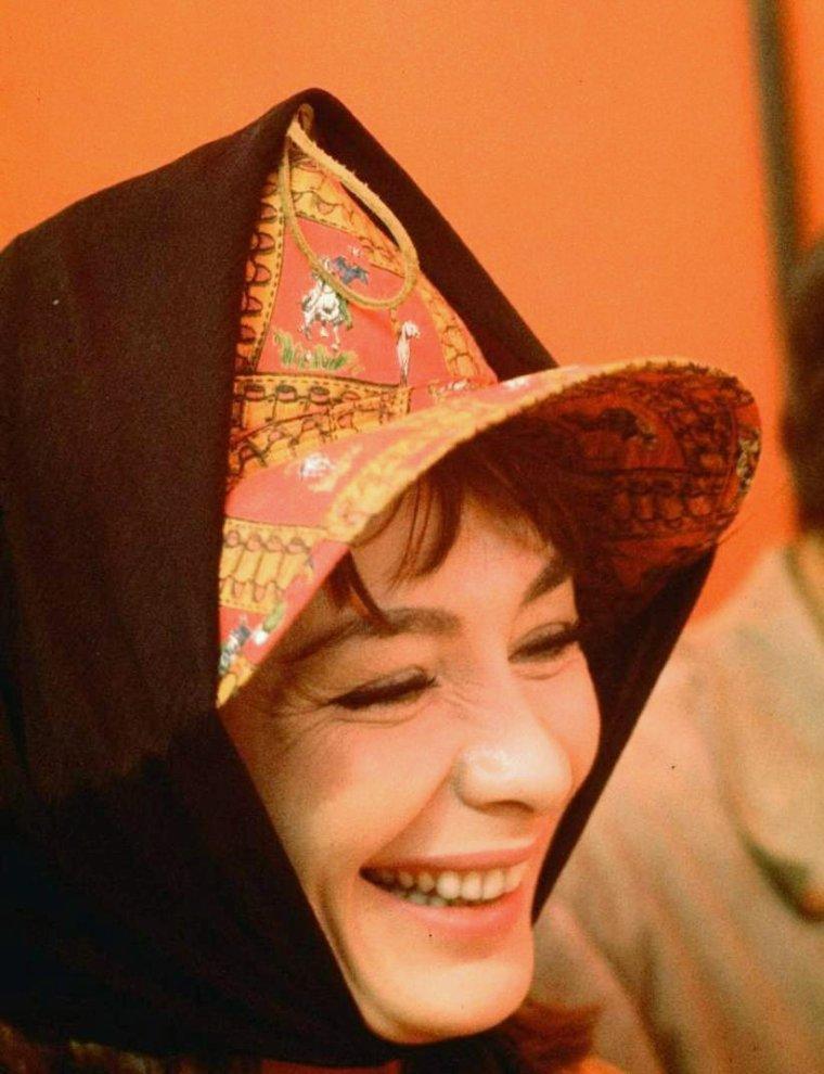 """Juliette GRECO lors du tournage du film """"Le grand risque"""" (The big gamble, 1961) de Richard FLEISHER. (photos de Gjon MILI, 1960)."""