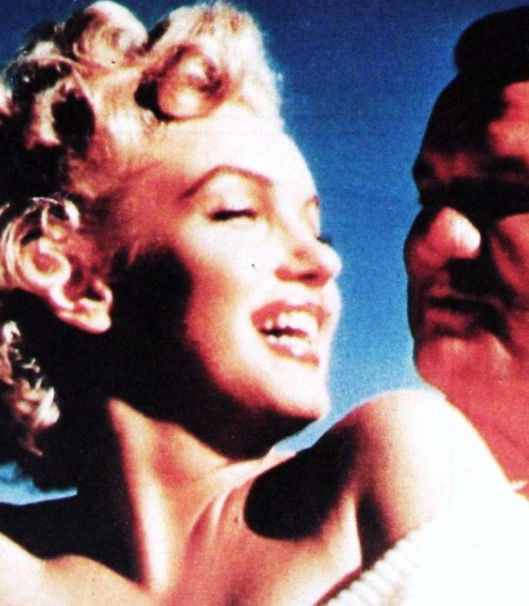 """INFO ou INTOX ? / Le journaliste Robert F SLATZER racontait comment, jeune reporter pour le groupe de presse """"Scripps-Howard"""", il avait rencontré Norma Jeane, modèle et starlette en herbe, dans l'entrée de la Fox, en juillet 1946 ; ils seraient sortis ensemble le soir même et il affirma que leur histoire d'amour dura six ans, et que jusqu'à sa mort, il resta proche d'elle et partagea ses secrets les plus intimes.  Selon lui, ils auraient passé le week-end à Tijuana, au Mexique du 3 au 6 octobre 1952 et s'y seraient mariés le 4 octobre 1952.  Kid CHISSELL (ancien boxeur et ami de SLATZER qui corrobora ses dires) les aurait accompagnés ; mais celui-ci affirma plus tard à un journaliste qu'il avait soutenu les affirmations de SLATZER uniquement parce qu'il voulait aider un ami, et qu'il avait besoin des 100 $ que SLATZER lui avait offerts.   Puis ils auraient dansé toute la nuit au """"Foreign Club"""".  Le matin suivant, en se réveillant au """"Rosarita Beach Hotel"""", Marilyn aurait réalisé qu'elle avait fait une énorme erreur en entendant à la radio la voix de DiMAGGIO qui commentait le championnat national de base-ball.  A leur retour à Los Angeles, Darryl ZANUCK, chef de la Fox les aurait convoqués tous les deux, leur demandant d'annuler cette union. Ils seraient retournés à Tijuana le lendemain et soudoyés l'homme de loi qui les avait mariés pour qu'il brûlât leur certificat de mariage.  Mis à part le fait que Marilyn était à Los Angeles ce week-end là, SLATZER ne put jamais fournir aucun document écrit prouvant cette union ou sa dissolution.  Depuis la publication de son livre en 1974, aucun témoin ne s'est présenté ou fait connaître pour attester de la vérité de ce mariage.  Kay EICHER fut mariée à SLATZER de 1954 à 1956, et confirme elle aussi que SLATZER n'avait rencontré Marilyn qu'une fois, lors de la photo de """"Niagara Falls"""".  Ils se seraient rencontrés pendant l'été 1952, lors du tournage des scènes extérieures de « Niagara » (photos). On n'a pas de preuve que Maril"""