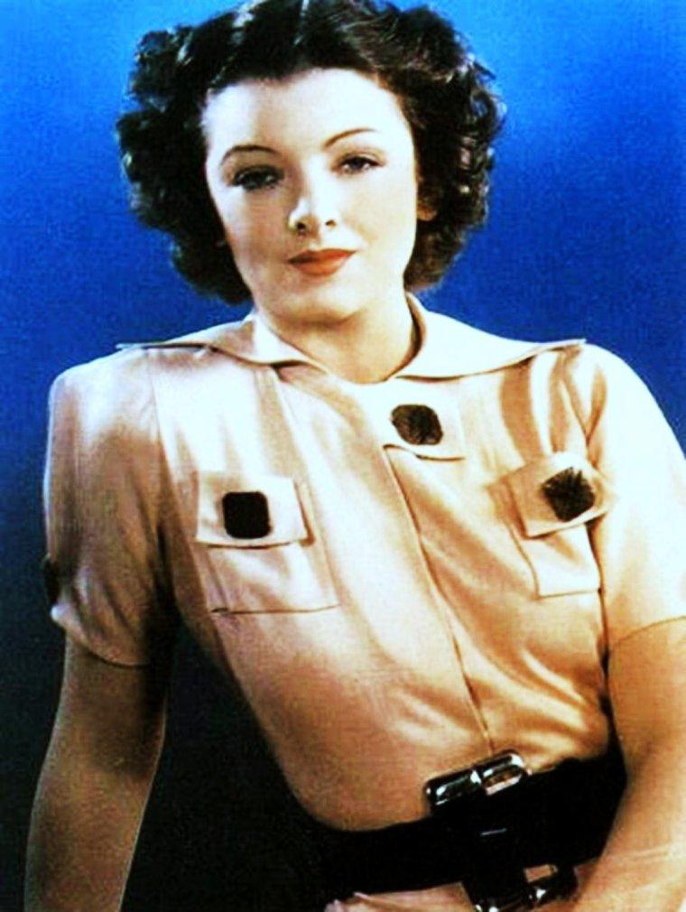 """ANECDOTES / Myrna LOY / Myrna LOY tomba enceinte de Arthur HORNBLOW Jr. avant son mariage avec lui. HORNBLOW n'ayant pas encore divorcé de sa première femme, elle se résolut à un avortement. Elle n'eut donc pas d'enfants mais fut très proche du fils de son premier mari. / Myrna subit deux mastectomies en 1975 et 1979, mais survécut alors à un cancer du sein. / Elle devint membre de l'UNESCO de 1949 à 1954. / Elle travailla également auprès du Comité national contre la violence aux femmes et objecta que les noirs devaient cesser d'être employés dans des rôles de domestiques. / Membre de """"American Place Theatre"""", destiné à soutenir les nouveaux talents. / Le pseudonyme de LOY lui a été suggéré par l'écrivain Paul CAIN. / Elle manifesta un dégoût du régime nazi, ce qui lui valut de figurer sur la liste noire d'HITLER. / Elle fut l'objet d'un désir particulier de la part d'acteurs renommés comme John BARRYMORE ou Clark GABLE qui coururent en vain après elle. / Elle fut l'actrice préférée de Franklin D. ROOSEVELT. / Clark GABLE et Myrna LOY reçurent respectivement, en 1937, le titre honorifique de """"Roi et Reine d'Hollywood"""". / Elle a une étoile à son nom sur le fameux Hollywood """"Walk of fame"""". / Elle se plaisait à raconter : « En épouse parfaite que je suis – en faisant allusion à son rôle-type d'épouse idéale – je me suis mariée quatre fois, ai divorcé quatre fois, n'ai pas d'enfants et je suis incapable de cuire un ½uf. » / Parmi ses loisirs : la sculpture et la danse. / Parmi ses nombreux surnoms : Minnie, donné par l'acteur William POWELL."""