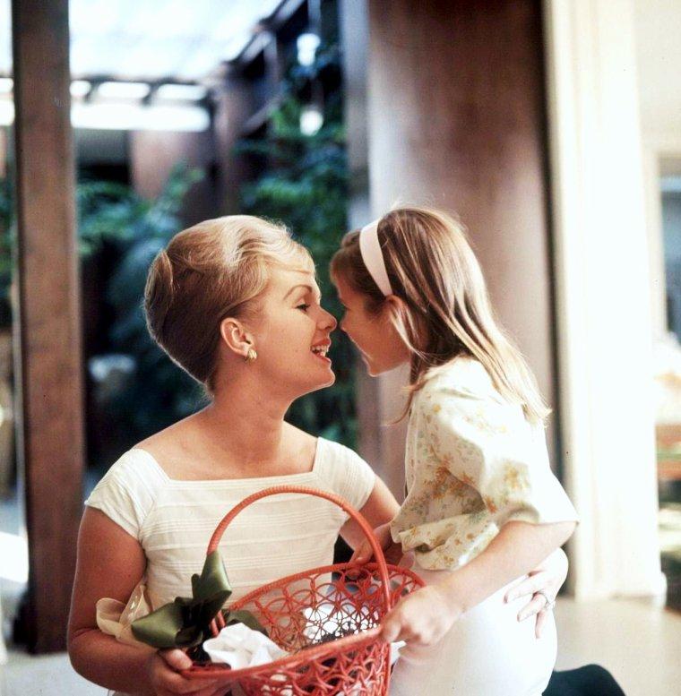 PENSEZ AUX MAMANS DIMANCHE 26 MAI !... En avance, BONNE FÊTE MA P'TITE MAM's !... (photo Debbie REYNOLDS and her daughter Carrie FISHER).