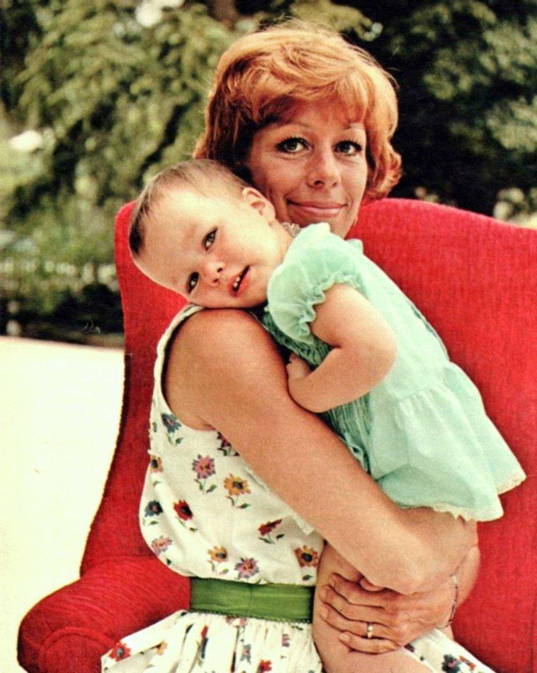 I LOVE YOU MUM ! / Je commence cette nouvelle page par souhaiter une BONNE FETE à ma p'tite mam's que j'aime... LES MAMANS SONT A L'HONNEUR AUJOURD'HUI... Gros bisous à toutes les MAMANS du monde ! (de haut en bas, nos mamans STARS avec Elizabeth TAYLOR and her mum / Gina LOLLOBRIGIDA / Jayne MANSFIELD / Rita HAYWORTH / Mildred Marguerite SPENCE and her husband Edgar BUCHANAN / Carol BURNETT / May BRITT / Romy SCHNEIDER