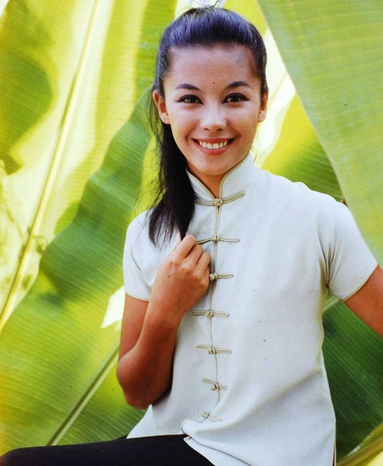 "1958 / France NUYEN et John KERR lors du tournage à Honolulu du film musical ""South Pacific"" de Joshua LOGAN ; on trouve également dans le film Mitzi GAYNOR et Rossano BRAZZI entre autres..."
