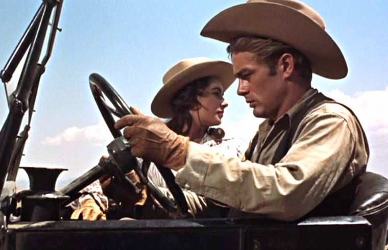 """FILM CULTE / """"Geant"""" (Giant) de George STEVENS (1956) / SYNOPSIS / Leslie, jeune femme du Maryland, se marie avec Jordan BENEDICT, jeune et très riche propriétaire texan. Le film narre l'histoire de leur famille sur près de quarante ans en insistant sur les particularités de la culture texane, que découvre la jeune femme, et la discrimination envers les Mexicains dans cet État. Les époux apprennent à se connaître et à s'adapter progressivement l'un à l'autre, malgré leurs différences. L'émergence de l'économie du pétrole, qui prend le pas sur celle des grands ranchs, est traitée à travers la figure de Jett RINCK, parti de rien et devenu l'empereur du pétrole au Texas. (photos Elizabeth TAYLOR aux côtés de James DEAN ou Rock HUDSON)."""