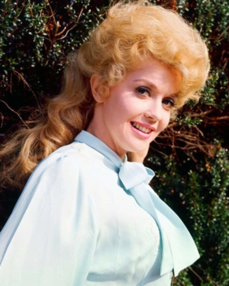 """Donna DOUGLAS as Elly May CLAMPETT dans la série T.V. diffusée sur C.B.S., """"The Beverly Hillbillies"""", série comportant pas moins de 9 saisons, qui débuta le 26 Septembre 1962, et se termina le 23 Mars 1971... Donna joue aux côtés de Buddy EBSEN, Irene RYAN, entre autres."""