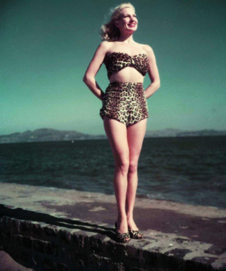 """Marian Sorenson UHLMAN (1922 - 17 Octobre 2003), surnommée """"The Polka dot girl"""", et connue sous le pseudo de Chili WILLIAMS, est un modèle, pin-up et actrice Américaine ayant tourné dans 17 films..."""