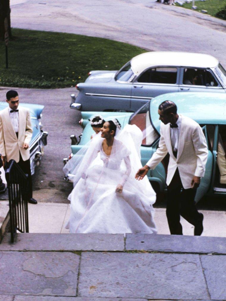 """MINI-BIO / Carmen De LAVALLADE (voir TAGS) est élevée à Los Angeles. De 1950 à 1954, elle fait partie du """"Lester Horton Dance Theater"""" et fait ses débuts au cinéma. De 1954 à 1956, elle travaille avec Martha GRAHAM et avec Margaret CRASKE avant d'être étoile au """"Metropolitan Opera"""" de New York de 1956 à 1958. Elle épouse en 1955 l'acteur, chanteur, danseur, peintre,etc... Geoffrey HOLDER jusqu'à présent (photos). Artiste invitée dans différentes compagnies, Carmen se produit également à Broadway dans plusieurs comédies musicales, ainsi qu'à la télévision et dans les spectacles d'inspiration religieuse. En 1961, elle est codirectrice artistique de """"l'Alvin Ailey American Dance Theater"""". Sa beauté plastique inspire de nombreux chorégraphes, dont John BUTLER."""