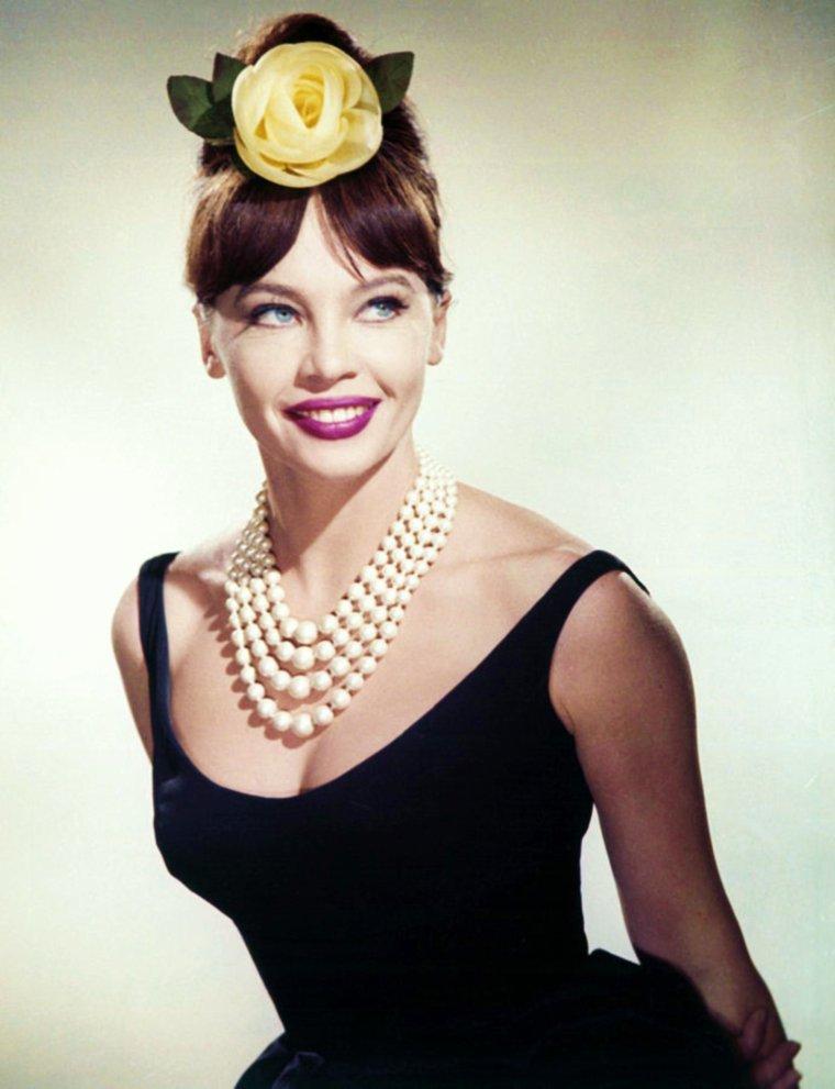MINI-BIO / Leslie CARON est probablement l'actrice française à avoir eu la carrière la plus brillante à Hollywood. Au point même que certains la pensent américaine. Née dans la région parisienne d'un père français et d'une mère américaine danseuse de ballet, Leslie CARON emprunte cette voie maternelle dès 11 ans. L'occupation nazie la force à arrêter et fuir avec son frère pour vivre à Cannes avec ses grands-parents. Quand elle revient à Paris, elle étudie au Couvent de l'Assomption, et continue à pratiquer le ballet. De passage à Paris, Gene KELLY la voit danser dans un ballet de Roland PETIT ('La Rencontre'), et se souvient d'elle au moment du casting de la comédie musicale 'Un Américain à Paris' (1951). Pour Leslie CARON, c'est le début d'une longue carrière aux États-Unis. Son premier rôle principal, dans 'Lili' en 1953, lui permet d'être nommé aux Oscars et de gagner le BAFTA de la meilleure actrice. En 1955, elle triomphe à nouveau dans la relecture de Cendrillon 'La pantoufle de verre' puis dans 'Papa longues jambes' où elle danse avec Fred ASTAIRE. 'Gaby' (1956) et 'Gigi' de Vincente MINNELLI conforte son image d'actrice de comédie musicale. Son interprétation d'une réfugiée dans 'La Chambre indiscrète' en 1962 lui vaut sa deuxième nomination aux Oscars et son deuxième BAFTA. Elle tourne également en France, dans 'Paris brûle-t-il ?' en 1966 ou 'L'Homme qui aimait les femmes' de François TRUFFAUT, en 1971. Leslie CARON se marie trois fois : avec Geordie HORNEL, puis Peter HALL avec qui elle a deux enfants, et qu'elle quitte pour Warren BEATTY. Enfin, elle s'unit avec le producteur Michaël LAUGHLIN dont elle se sépare en 1980. Après de nombreuses comédies avec Cary GRANT ou Rock HUDSON, sa carrière décline quelque peu au tournant des années 1970, et on la voit plus fréquemment dans des téléfilms ou des séries, comme en 1986 dans 'La Croisière s'amuse', où elle joue avec sa fille. En 2006, elle gagne un Emmy Award pour son rôle de femme âgée victime de viol av